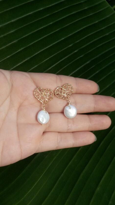 Aretes de corazon con perla plana