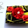 Brazalete con flores rojas