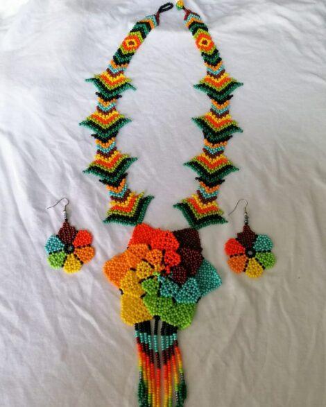 Collar largo de diferentes colores