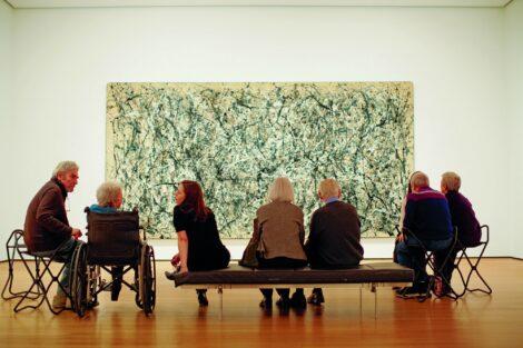 Adultos apreciando un cuadro en el museo