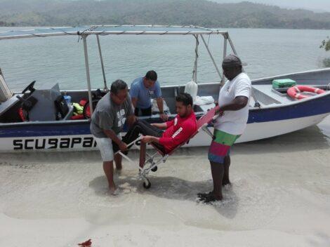 Bajando del bote a un usuario de silla de ruedas.