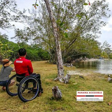 Usuario de silla de ruedas contemplando la playa en Portobelo.