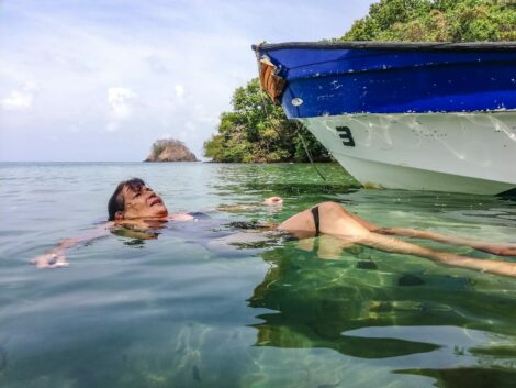 Mujer realizando snorkeling.