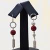 Aretes con Perlas y Cuentas Rojas (Diseño Asimétrico)