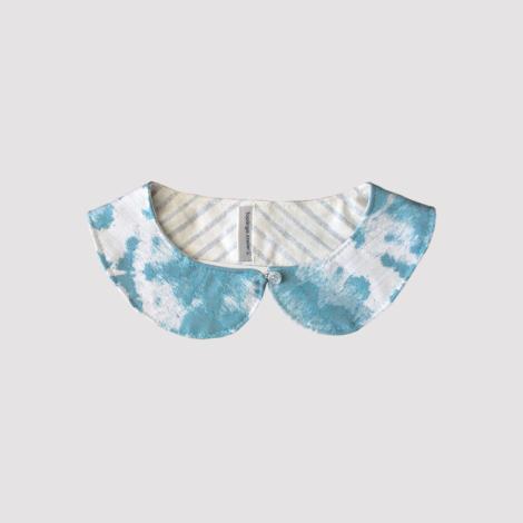 Cuello de quita y pon de tela estampada en azul turquesa y blanco