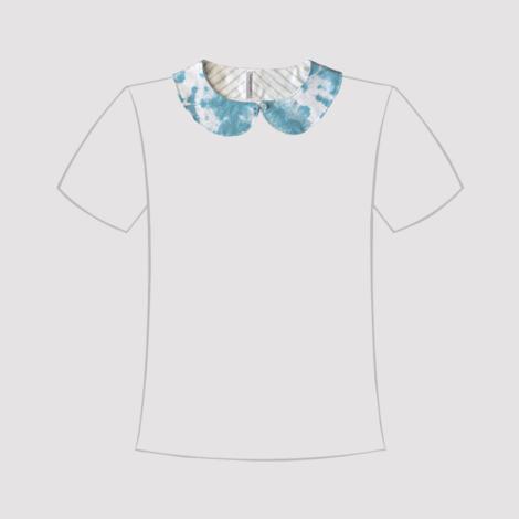 cuello de quita y pon de tela estampada en azul turquesa y blanco en línea de camiseta