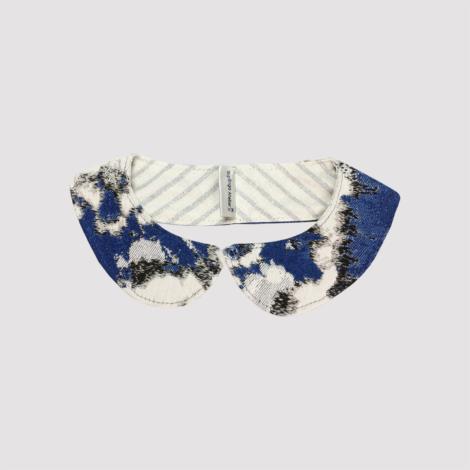Cuello de quita y pon de tela estampada en azul oscuro, negro y blanco
