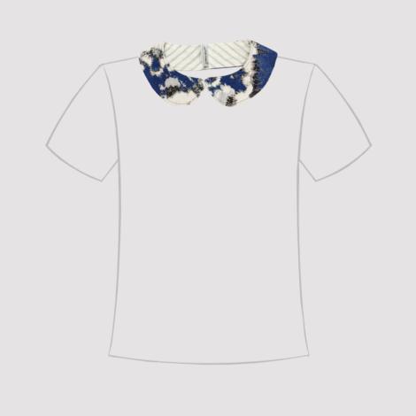Cuello de quita y pon de tela estampada en azul oscuro, negro y blanco en línea de camiseta